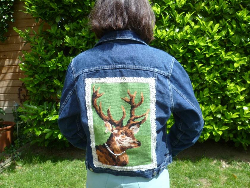 blouson en jean et tête de cerf