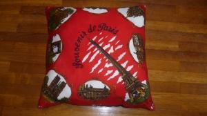 coussin fond rouge Paris en acétate (dim 60X60) verso crèpe noir