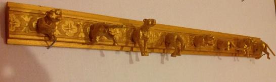Porte bijou a fixer au mur Moulure en bois peinte en dore , avec figurines animaux de la jungle de face et de dos .