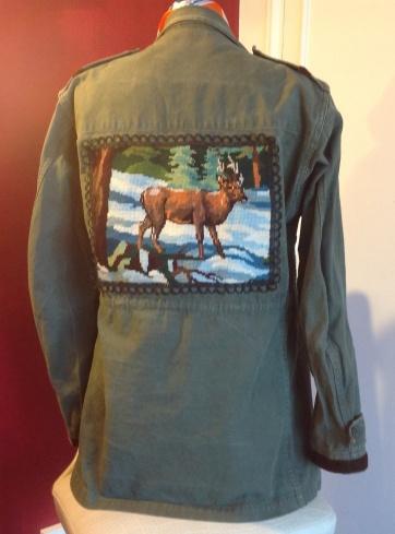 """Au dos de la veste un beau canevas vintage""""Cerf en Hiver"""" est applique et entoure de galon dentelle noire ."""