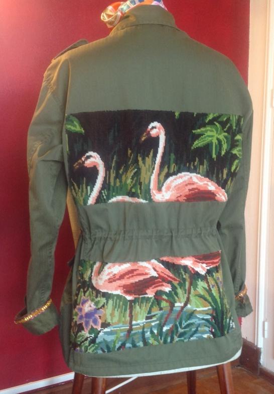 Veste militaire vintage en coton leger ( taille 38 a42) Customisee avec un canevas ancien motif flamands roses .