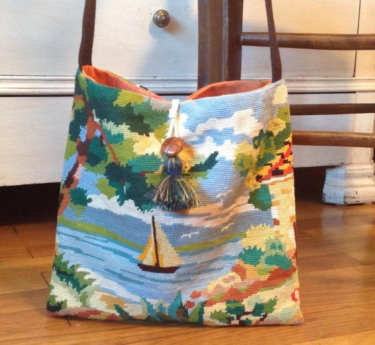 Canevas vintage revisite en sac besace , motif voilier sur un lac dans une atmosphere de couleurs gaies . Dimensions : 28 x 27