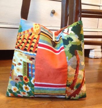 Arriere canevas motif maison et fleurs + tissu bache orange et rayures assorties .Bandouliere en sangle marron