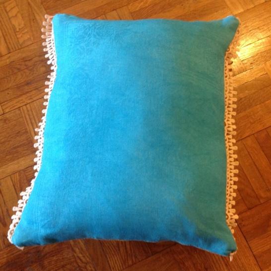 Arriere serviette damassee teinte en turquoise . Dentelle ancienne sur les grands cotes .