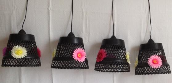 Cache-pot en plastique chinés transformés en suspension . Décorés chacun avec 3 grosses fleurs en plastique