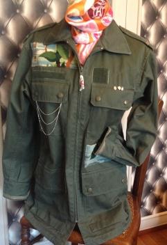 Fermeture zip devant Breloques+ chainettes sur les poches .