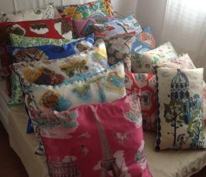 Tous les coussins foulards vintage en soie sont à -20 % . Carrés 60x60 : 32€ Rectangulaires 40x60 : 28€ Venez ou contactez moi et repartez avec votre coussin en soie ....