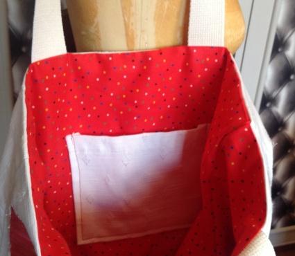 Doublure coton rouge petits points multicolores . Poche intérieure écrue .