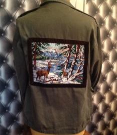 Veste militaire décorée avec un canevas brodé avec un fil brillant au point de croix . Le canevas a été entouré d'un ruban de velours marron .