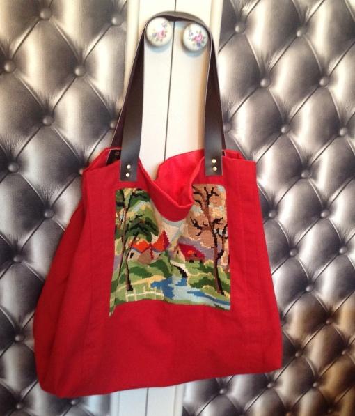 Grand cabas souple en bâche rouge avec inclusion de canevas vintage .