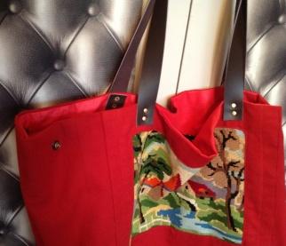 Anses en cuir chocolat , pressions sur le cote pour faire varier la largeur du sac .