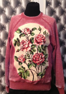 "Sweat rouge délave taille S avec application canevas vintage ""Bouquet de Roses"". ( 50 € )"